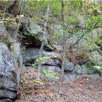 上峠流紋岩の下部板状節理が発達している