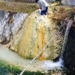 石灰華柱(山の湯かず代) 小川をせき止めるので年に何回かの除去作業をする