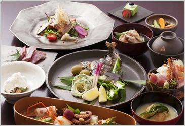 大丸旅館の夕食の膳、それは長湯温泉郷の恵みの結晶、川と山と大地の四季折々の味覚。