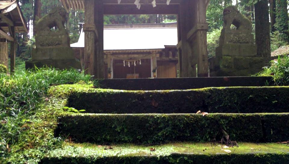 籾山八幡社「直入物部神社」の境内へ