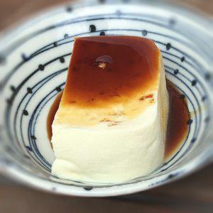 専用の醤油で食べると更に美味しい湧水茶屋のお豆腐